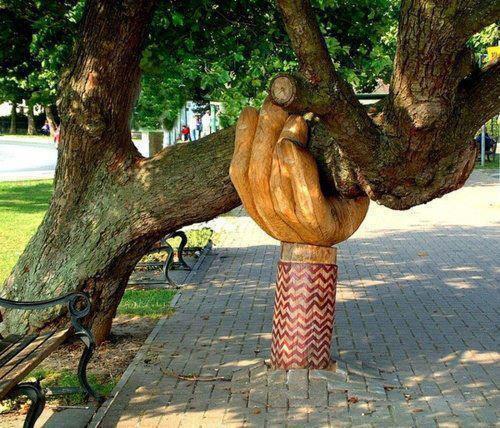 Sculpture de main en bois